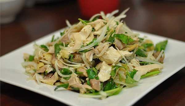 gỏi gà trộn rau răm là món ăn cuối tuần đãi khách
